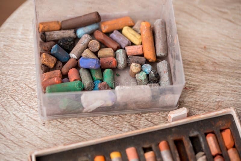 La collection de l'arc-en-ciel a color? les crayons en pastel avec la craie ?cras?e sur le vieux bureau en bois image stock
