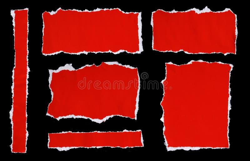 La collection de rouge a déchiré des morceaux de papier sur le fond noir photo libre de droits