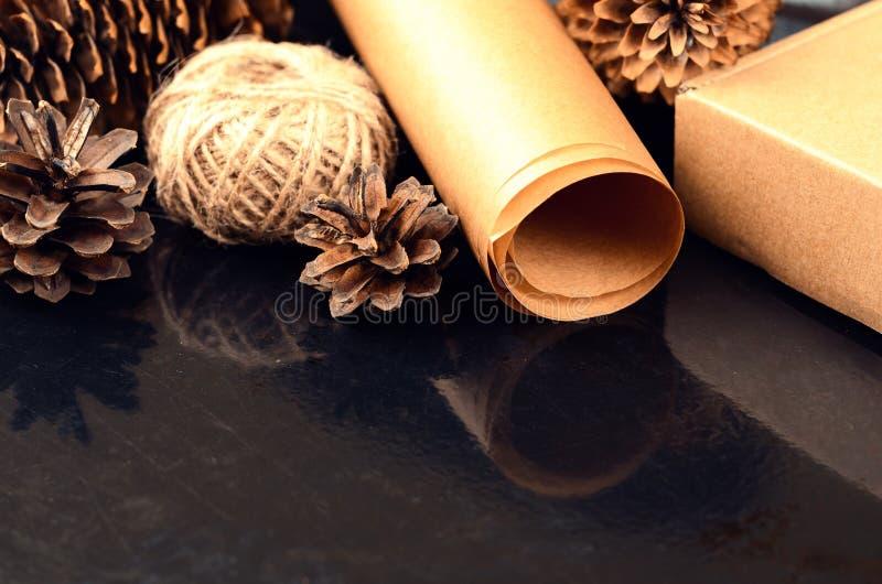 La collection naturelle d'articles pour handcraft (papier, pin et c impeccable photographie stock