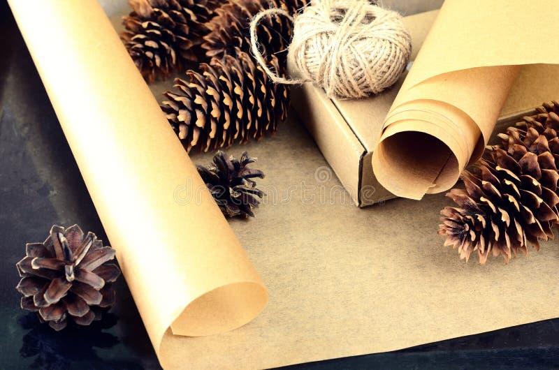 La collection naturelle d'articles pour handcraft (papier, pin et c impeccable photographie stock libre de droits