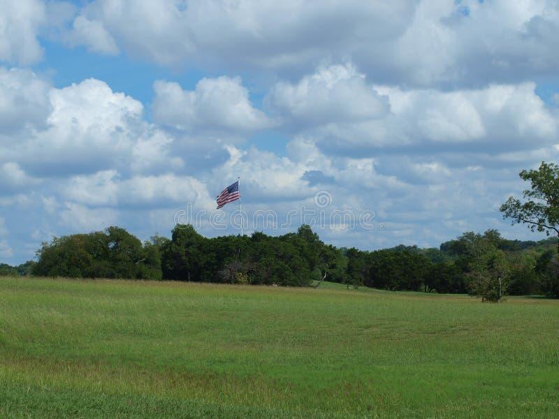 La collina dell'asta della bandiera ha ottenuto appena una nuova bandiera palo dopo una tempesta fotografia stock