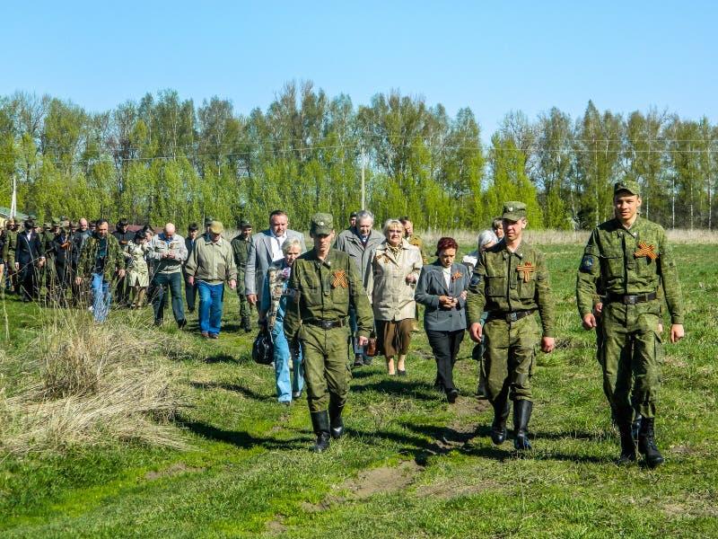 La colocación de guirnaldas en el sepulcro de soldados caidos y de la ceremonia conmemorativa puede 9, 2014 en la región de Kalug fotografía de archivo libre de regalías