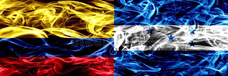 La Colombie contre le Honduras, drapeaux honduriens de fumée placés côte à côte Drapeaux soyeux colorés épais de fumée de colombi illustration libre de droits