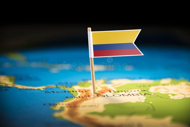 La Colombie a identifié par un drapeau sur la carte photographie stock
