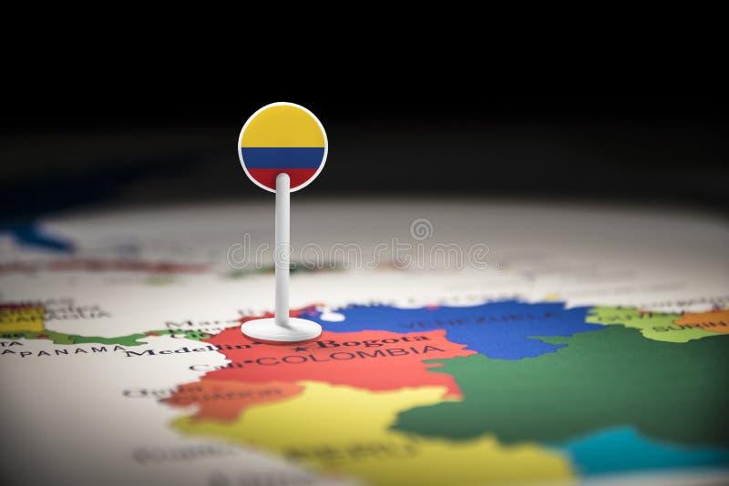 La Colombie a identifié par un drapeau sur la carte photographie stock libre de droits