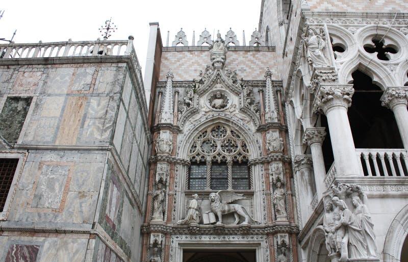 La colonna del palazzo ducale Quadrato di San Marco a Venezia Italy Dettagli della colonna immagini stock libere da diritti