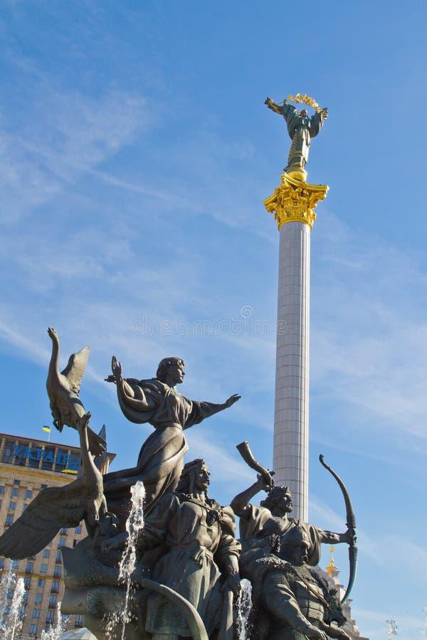 La colonna di indipendenza ed il monumento dei fondatori di Kiev fotografia stock libera da diritti