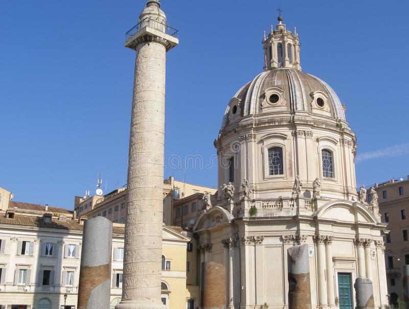 La colonna di Traiano e chiesa degli ss Nome di Maria a Roma immagini stock libere da diritti