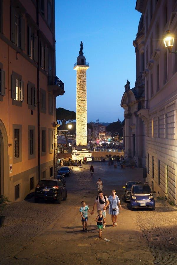 La colonna di Traiano via da Magna Napoli nella notte, Roma, Italia immagini stock libere da diritti