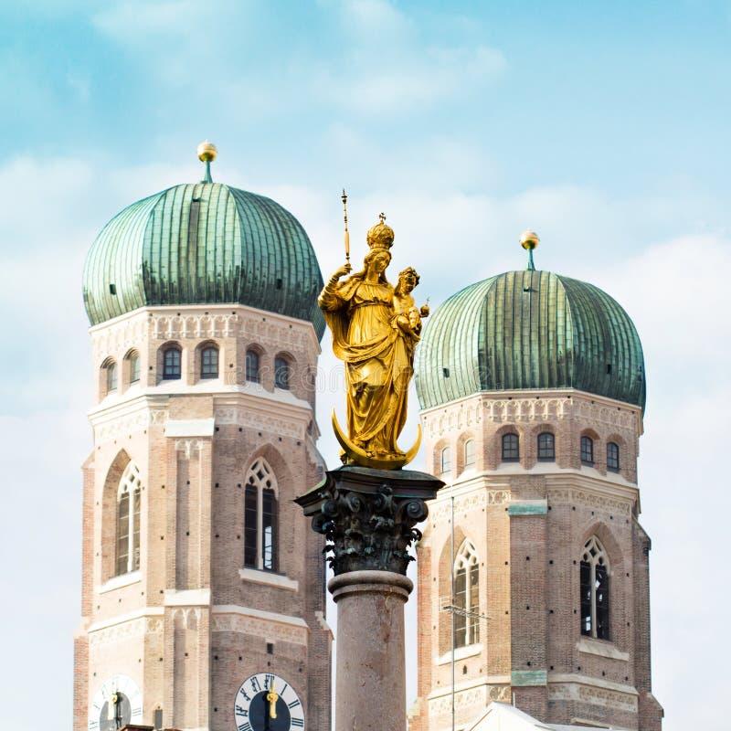La colonne de Mary d'or vis-à-vis des tours de la cathédrale de notre chère Madame à Munich, Allemagne photographie stock