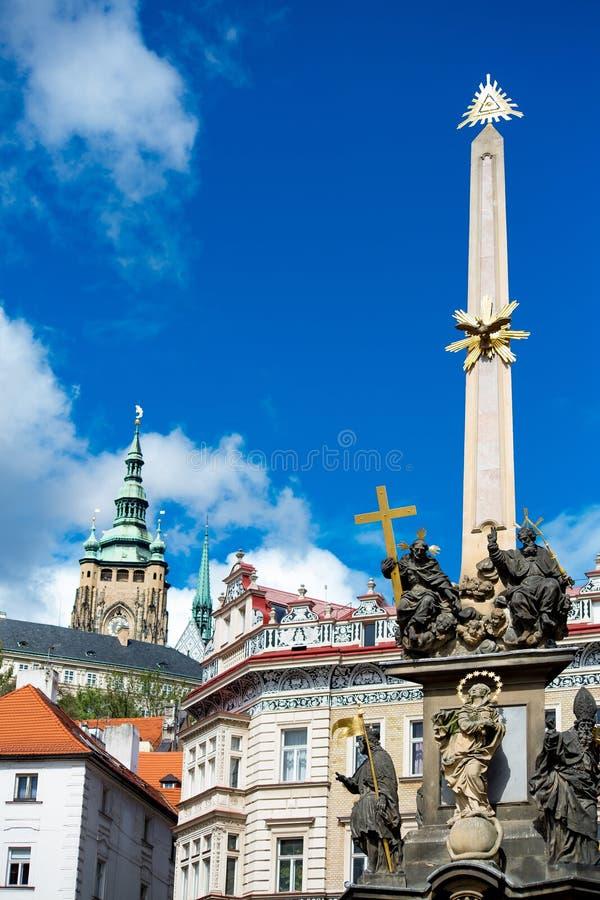 La colonne de trinité sainte et la tour de la cathédrale de St Vitus à Prague photographie stock