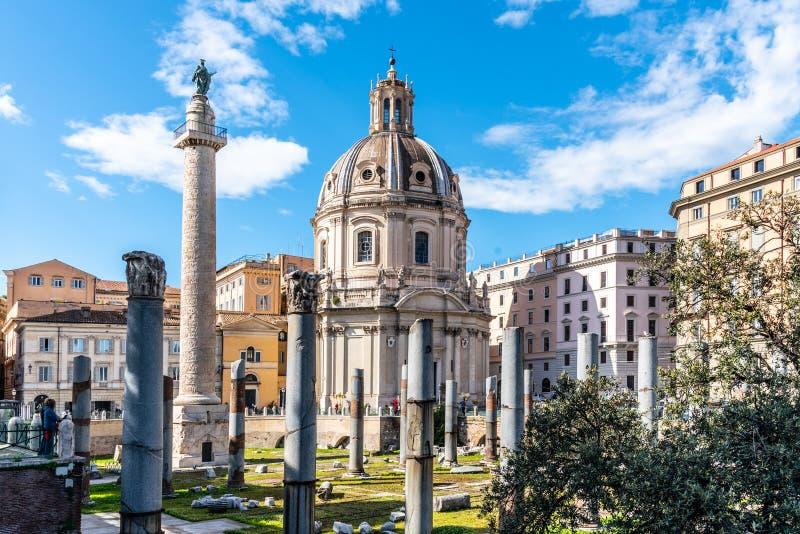 La colonne et l'?glise de Trajan du nom le plus saint de Mary, Rome, Italie photo libre de droits