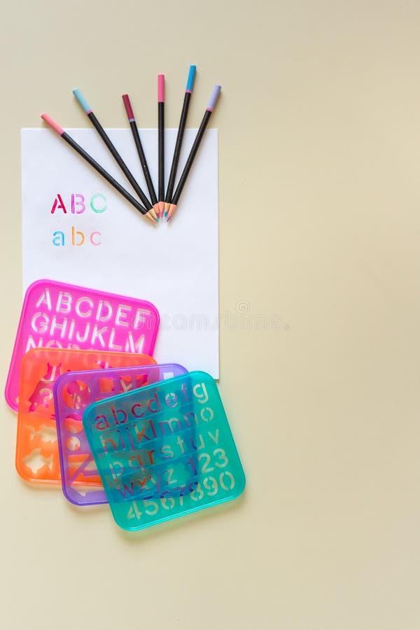 La coloration en pastel crayonne des pochoirs d'ABC image stock
