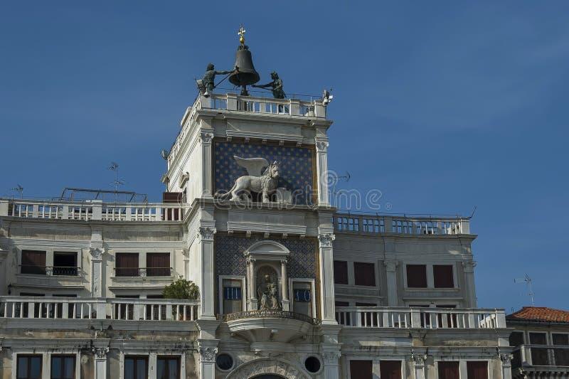 La columna con el león de St Mark, símbolo torre de reloj imperial de Venecia, del zodiaco y madre de dios en el ` s de San Marco imágenes de archivo libres de regalías