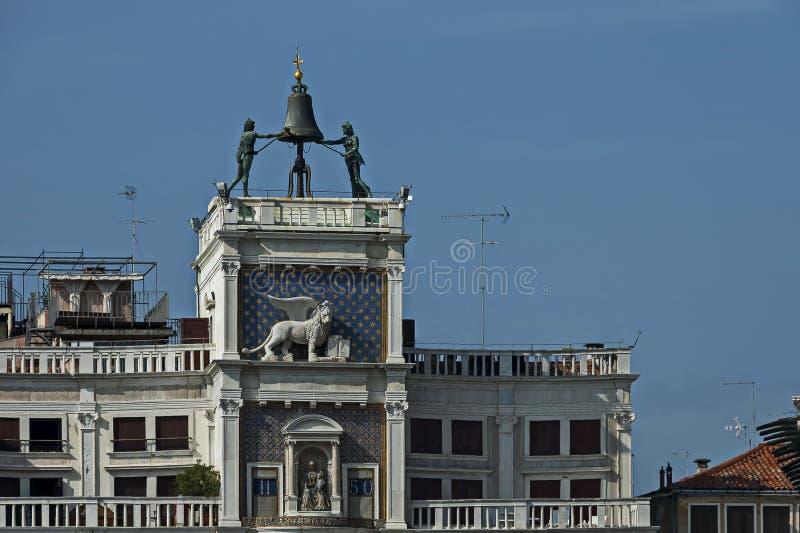 La columna con el león de St Mark, símbolo torre de reloj imperial de Venecia, del zodiaco y madre de dios en el ` s de San Marco imagen de archivo