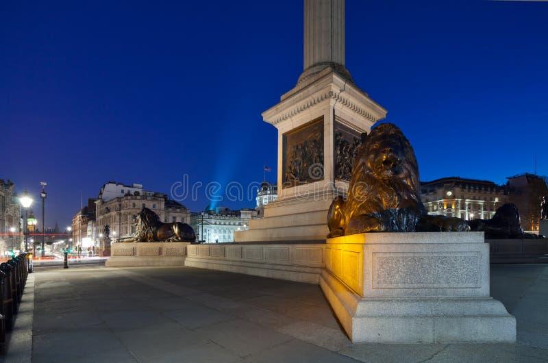 La columna de Nelson del pedestal en el cuadrado de Trafalgar con lyi de cuatro leones fotografía de archivo