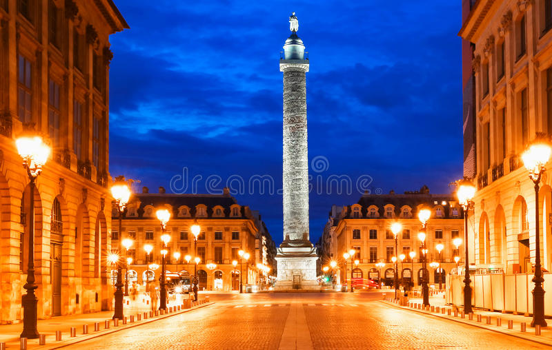 La columna de Vendome, el lugar Vendome en la noche, París, Francia fotografía de archivo