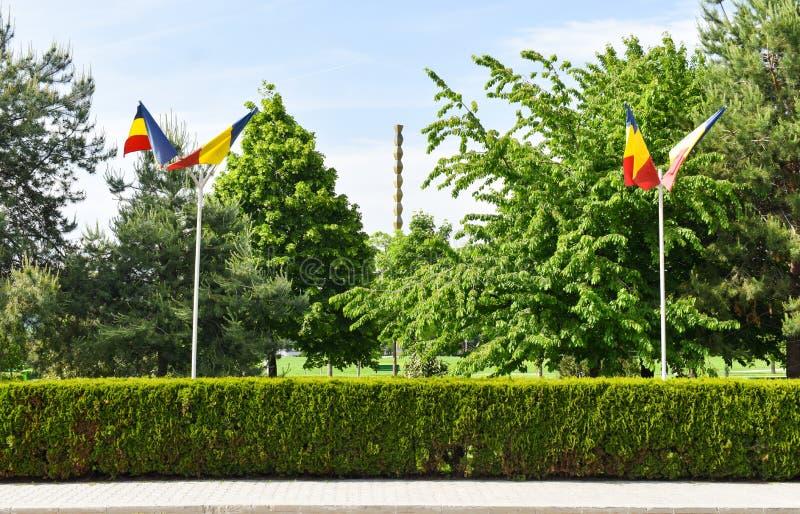 La columna sin fin o columna del infinito en el Central Park de Targu Jiu en un día de verano La columna o el Coloana sin fin imagen de archivo