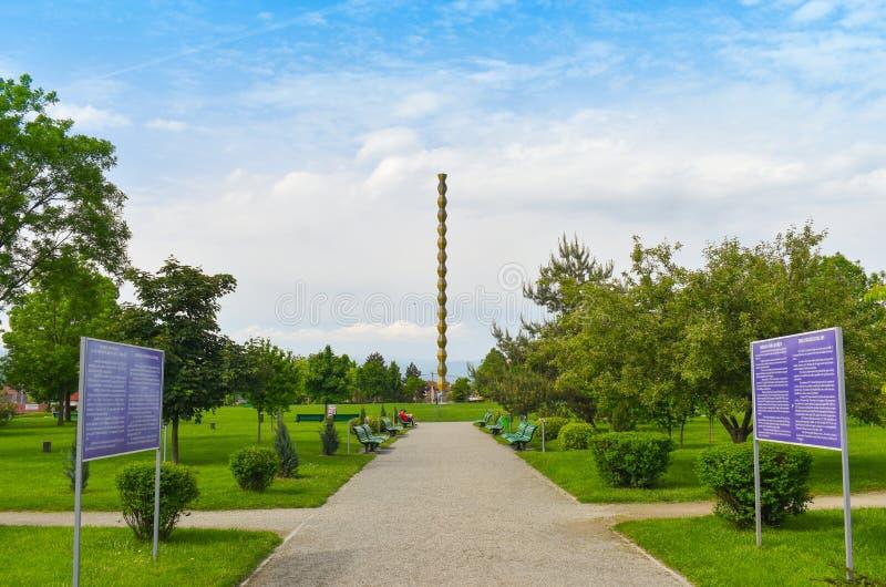 La columna sin fin o columna del infinito en el Central Park de Targu Jiu en un día de verano La columna o el Coloana sin fin foto de archivo libre de regalías