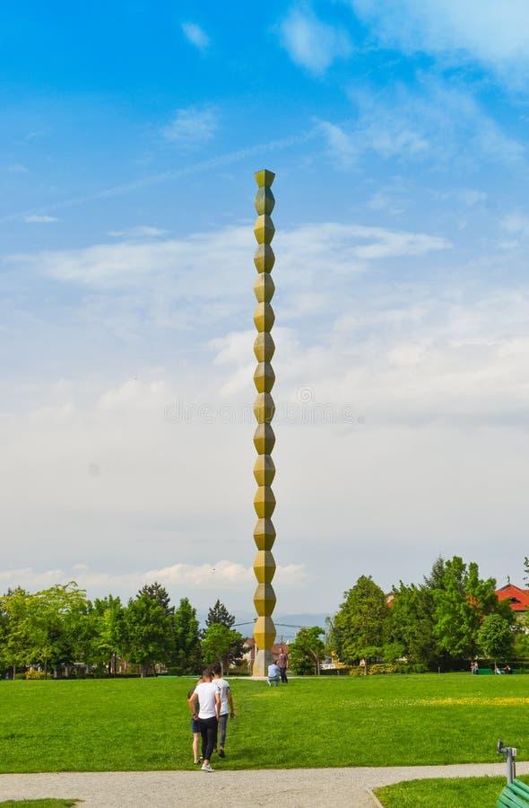 La columna sin fin o columna del infinito en el Central Park de Targu Jiu en un día de verano La columna o el Coloana sin fin foto de archivo