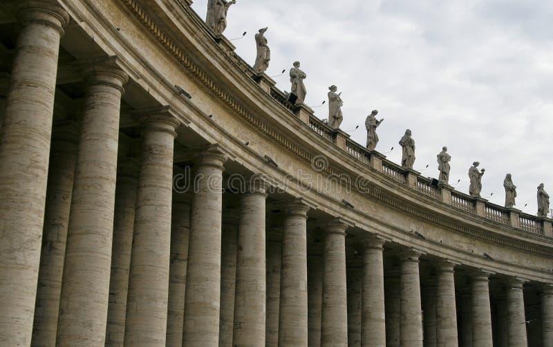 La columnata de la basílica de San Pedro en Vatican fotos de archivo