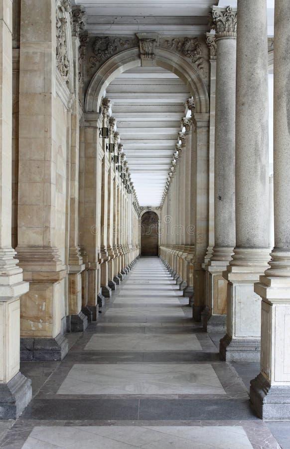 La columnata en Karlovy varía fotos de archivo