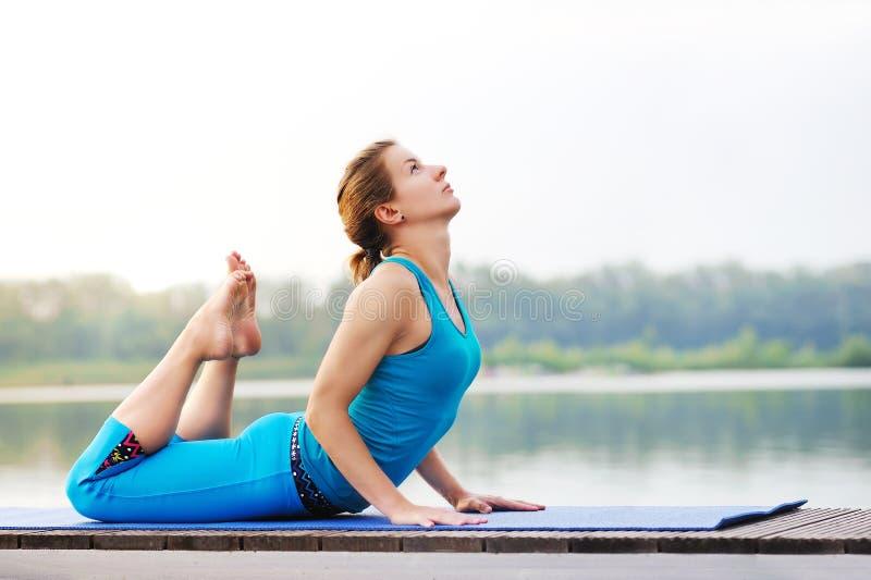 La combinazione di posa dell'arco di yoga ed il cane ascendente del rivestimento aiutano allo streptococco fotografia stock libera da diritti