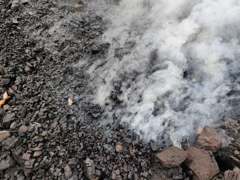 La combustión espontánea del carbón del lignito imagen de archivo