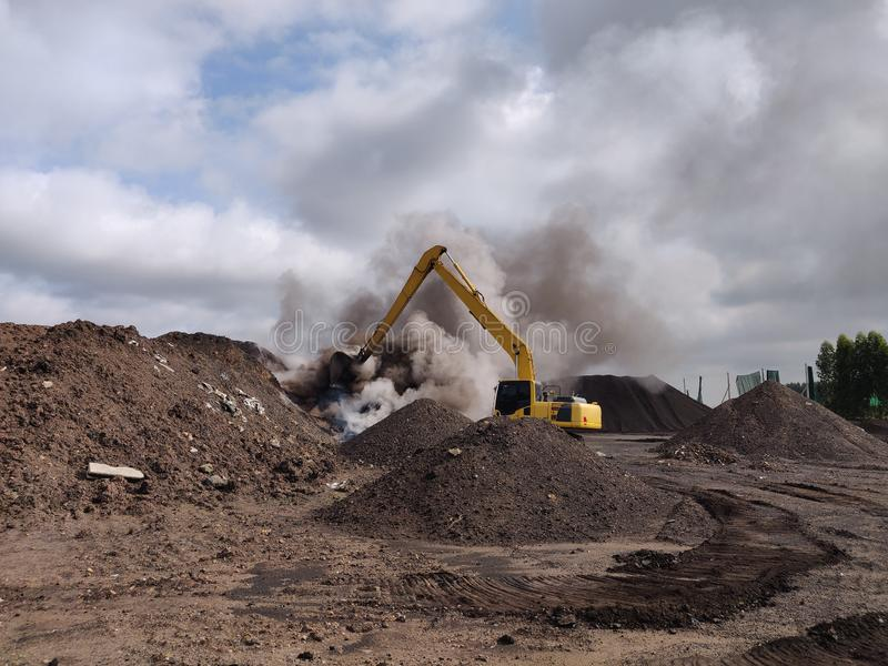 La combustión espontánea del carbón del lignito fotos de archivo