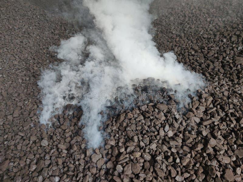 La combustión espontánea del carbón del lignito foto de archivo