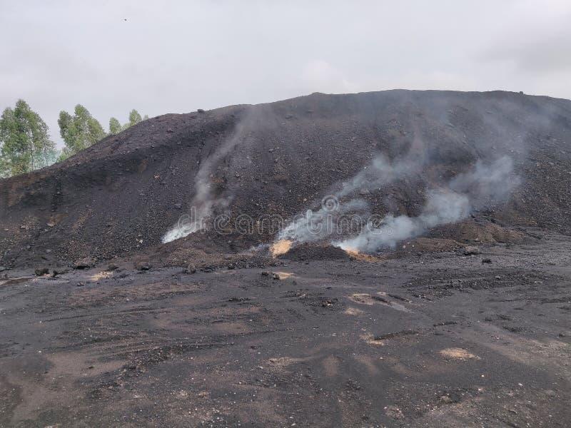 La combustión espontánea del carbón del lignito imagen de archivo libre de regalías