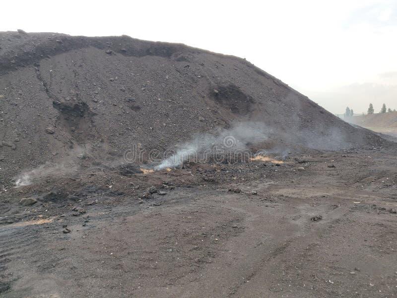 La combustión espontánea del carbón del lignito fotografía de archivo libre de regalías