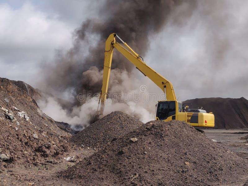 La combustión espontánea del carbón del lignito fotografía de archivo