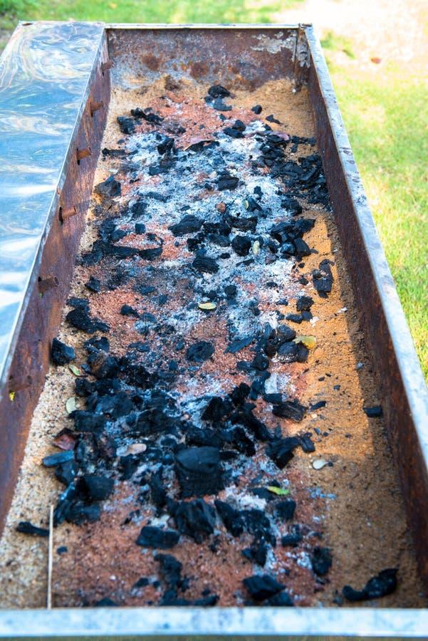 La combustione del carbone disposta su un'ustione della griglia fotografia stock libera da diritti