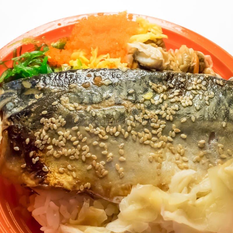 La comida asada a la parrilla deliciosa del japonés del arroz de los pescados del saba fotografía de archivo libre de regalías