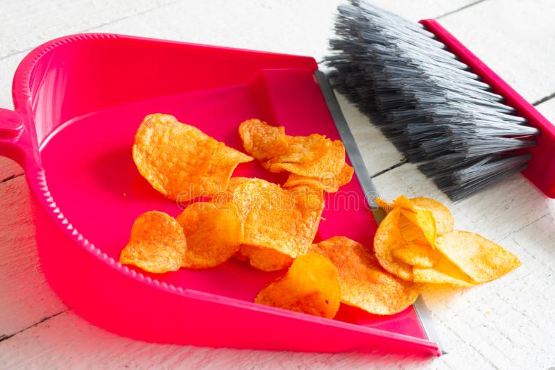 La comida basura arrebatadora con los microprocesadores y el concepto del recogedor de polvo de detox de la salud adietan foto de archivo libre de regalías