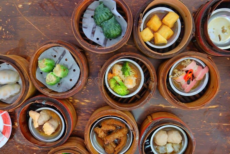 La comida china, A mucha clase de Dim Sum en la cesta de bambú en la tabla fotografía de archivo libre de regalías