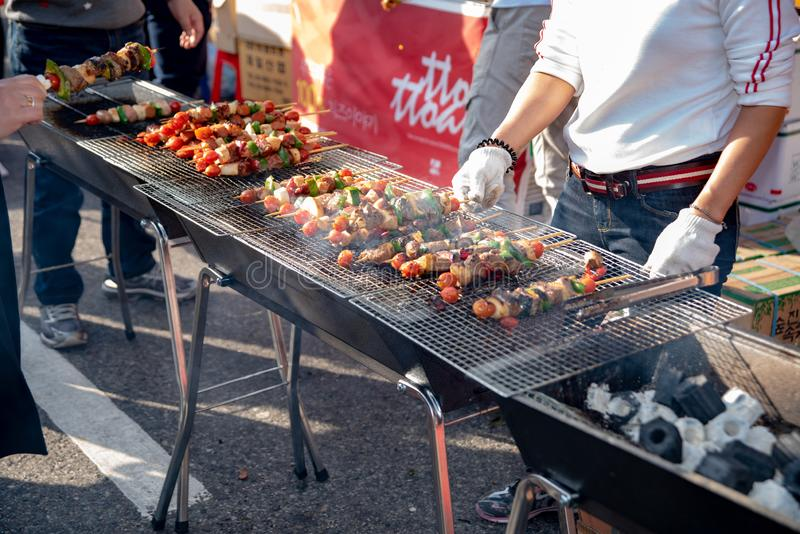 La comida coció con los palillos, comida de la calle de Seul, Corea imagenes de archivo