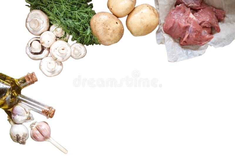 La comida cruda prolifera rápidamente los champiñones, carne de cerdo, patatas, verdes del eneldo imagen de archivo libre de regalías