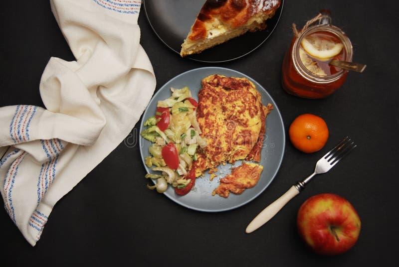 La comida de desayuno Omlette Eggs la opinión superior del fondo del negro del té de la fruta fotografía de archivo
