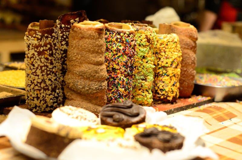 La comida dulce checa nacional tradicional Trdelnik de la calle, es tubos imagenes de archivo