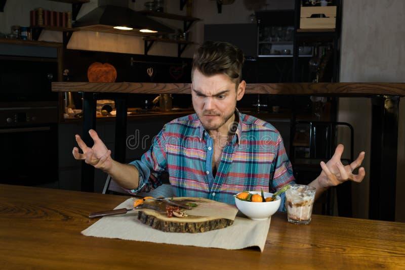 La comida ha terminado La persona hambrienta loca come la comida última en el desayuno foto de archivo
