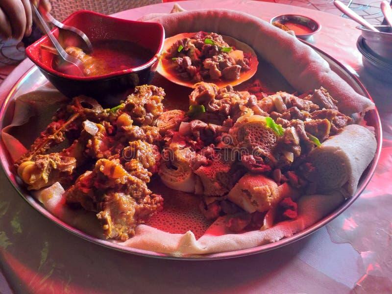 La comida-Injera etíope del no-vegetariano con el wot hecho con el cordero condimentó la mantequilla y otras materias imagen de archivo libre de regalías
