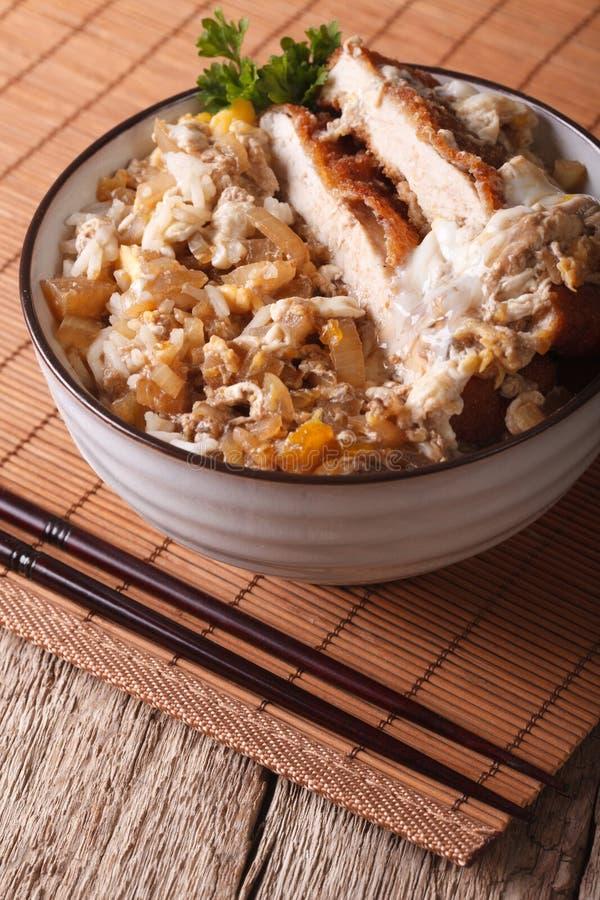 La comida japonesa Katsudon empanó el cerdo frito en el arroz vertical imágenes de archivo libres de regalías