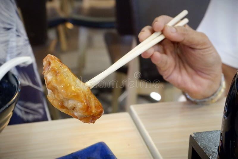 La comida japonesa, palillos del uso remató con gyoza foto de archivo