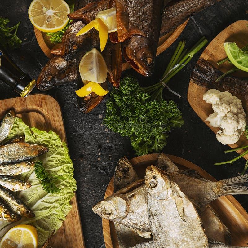 La comida mediterránea, fumó pescados de los arenques fotos de archivo