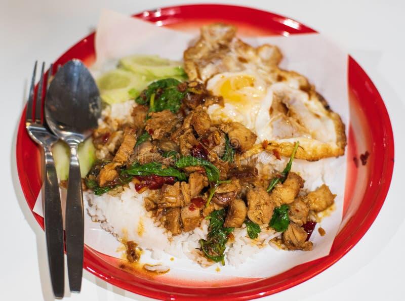 La comida picante tailandesa sofrió el cerdo curruscante de la albahaca con arroz y el huevo frito y la salsa de pescados del chi imagen de archivo libre de regalías