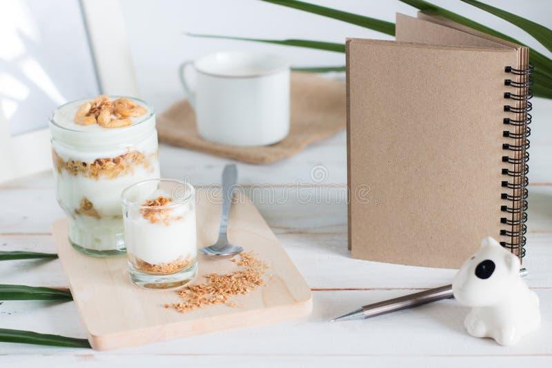 La comida sana hecha del granola en vidrio, el yogur y los copos de maíz adornan la comida con el anacardo imagen de archivo libre de regalías