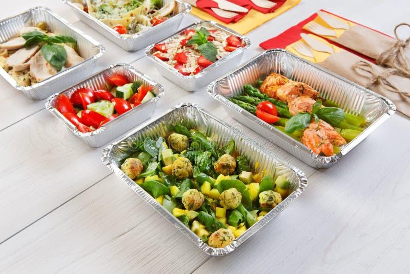 La comida sana se lleva en las cajas, comiendo a la derecha fotos de archivo libres de regalías