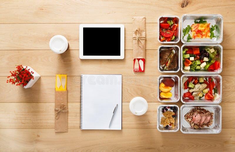 La comida sana se lleva en las cajas, visión superior en la madera imagenes de archivo